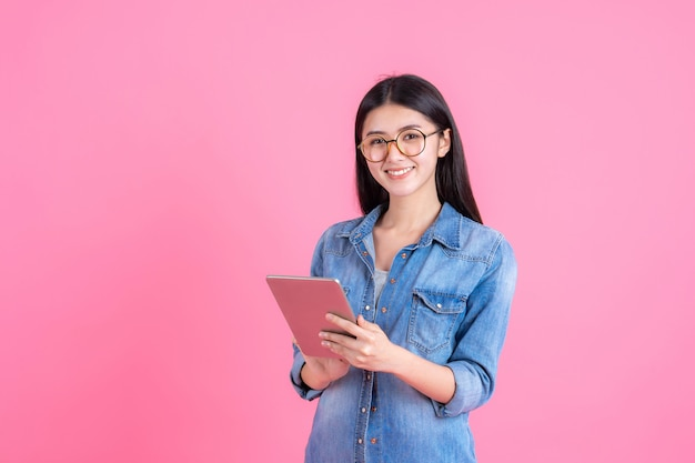 Pessoas de negócios estilo de vida mulher bonita linda garota segurando um computador tablet telefone inteligente em rosa
