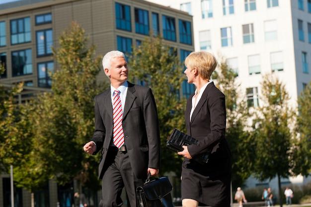 Pessoas de negócios, falando ao ar livre