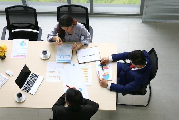 Pessoas de negócios, falando na reunião da sala de conferências