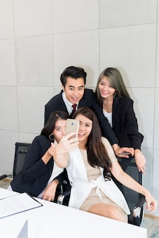 Pessoas de negócios fazem selfie foto e sorrindo. empresa de sucesso.
