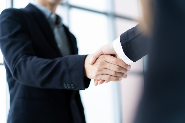 Pessoas de negócios, fazendo um aperto de mão depois de negócios