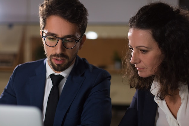 Pessoas de negócios focadas trabalhando com laptop