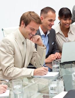 Pessoas de negócios internacionais em uma reunião