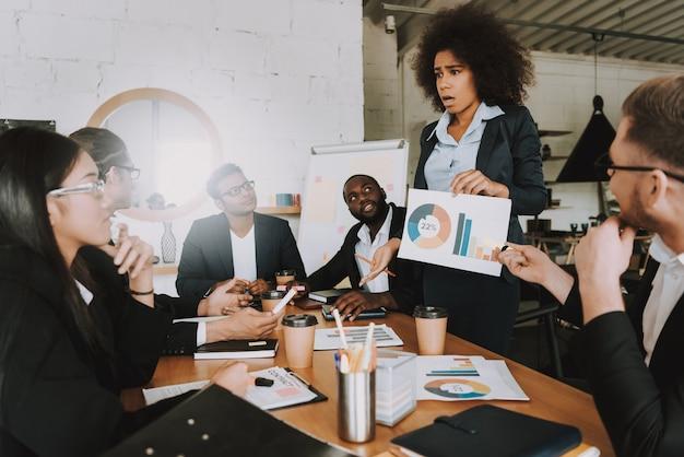 Pessoas de negócios interraciais na reunião no trabalho