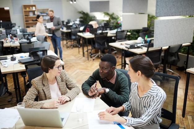 Pessoas de negócios multi-étnica no escritório de espaço aberto