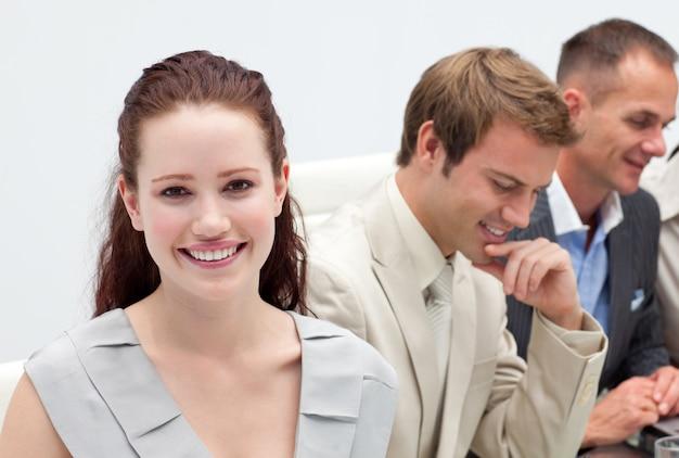 Pessoas de negócios multi-étnicas em uma reunião