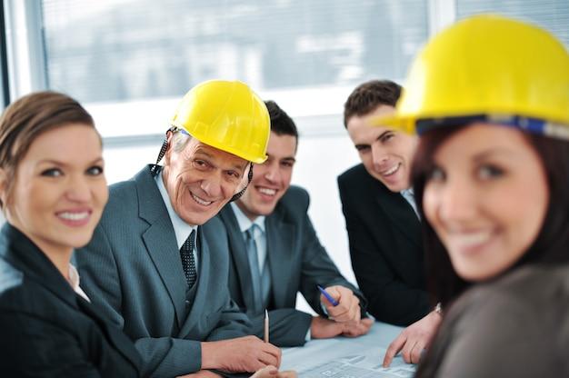Pessoas de negócios na sala de conferências falando sobre planos futuros