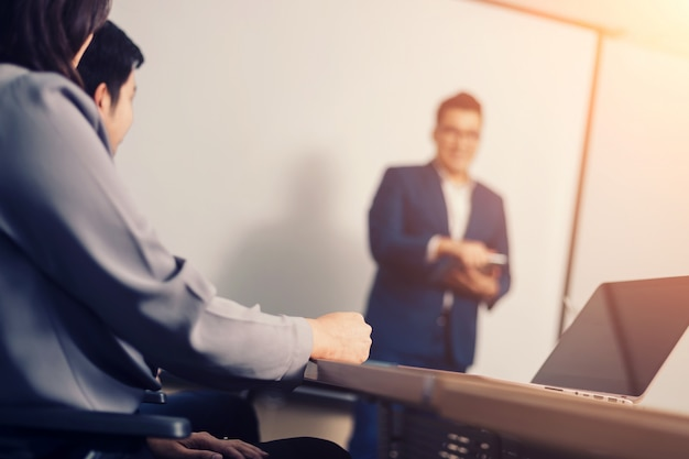 Pessoas de negócios na sala de seminário. reunião de sucesso corporativo brainstorming trabalho em equipe
