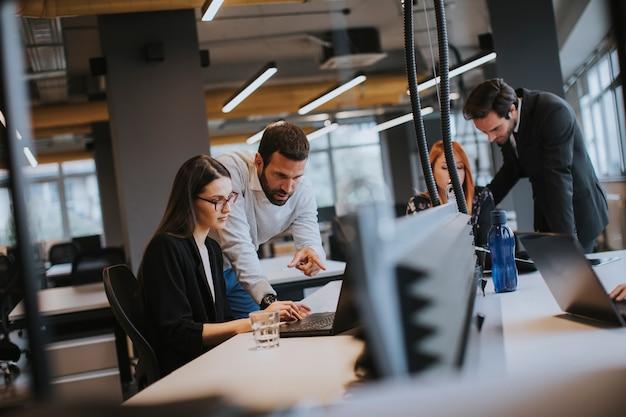 Pessoas de negócios no escritório moderno