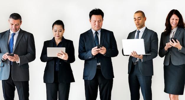 Pessoas de negócios ocupadas em gadgets