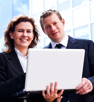 Pessoas de negócios ocupados trabalhando com laptop