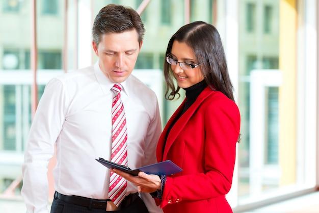 Pessoas de negócios ou equipe no escritório