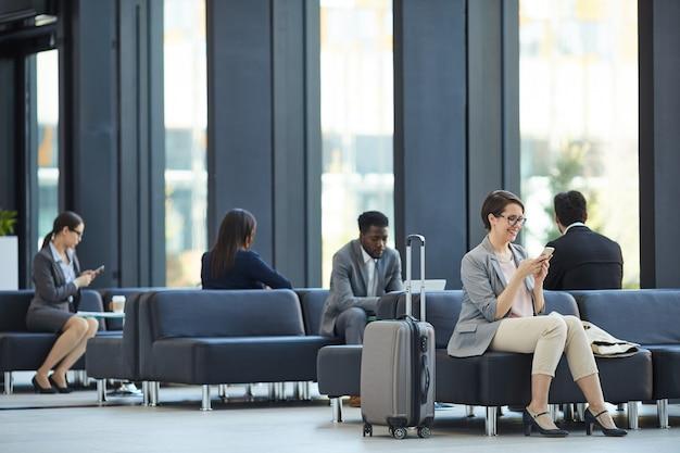 Pessoas de negócios, perdendo tempo no aeroporto