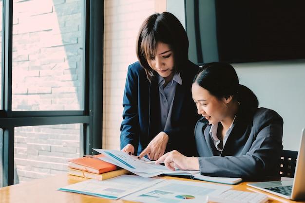 Pessoas de negócios, planejamento de análise de estratégia de relatório de documento financeiro, conceito de escritório