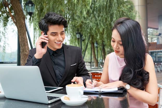 Pessoas de negócios, planejamento de compromissos