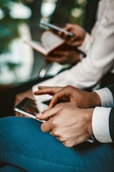 Pessoas de negócios, preparando relatórios no laptop