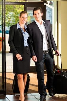 Pessoas de negócios que chegam no hotel