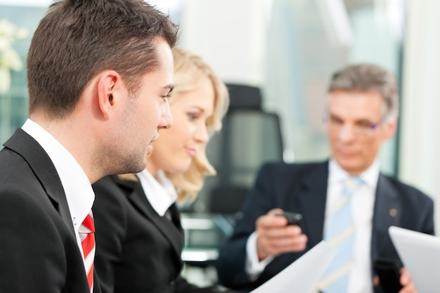 Pessoas de negócios - reunião da equipe em um escritório