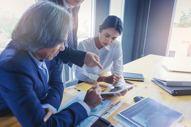 Pessoas de negócios reunidos para discutir a situação no mercado.