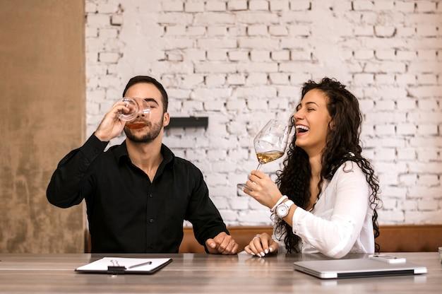 Pessoas de negócios riem e relaxam em uma pausa em um café