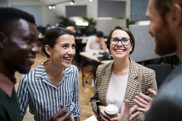 Pessoas de negócios se divertindo na pausa para o café