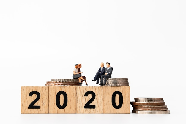 Pessoas de negócios, sentado no número do bloco de madeira 2020