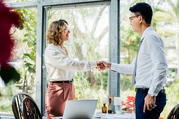 Pessoas de negócios têm uma reunião