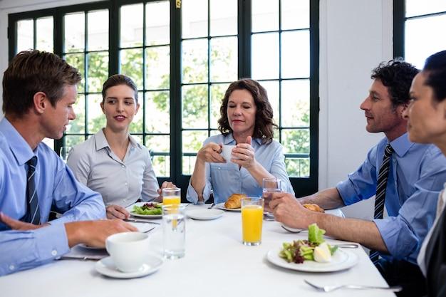Pessoas de negócios, tendo uma reunião no restaurante