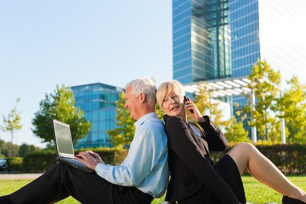 Pessoas de negócios, trabalhando ao ar livre