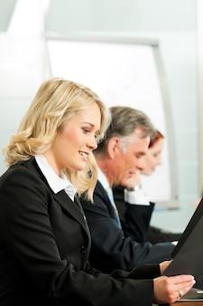 Pessoas de negócios - trabalhando em uma oficina