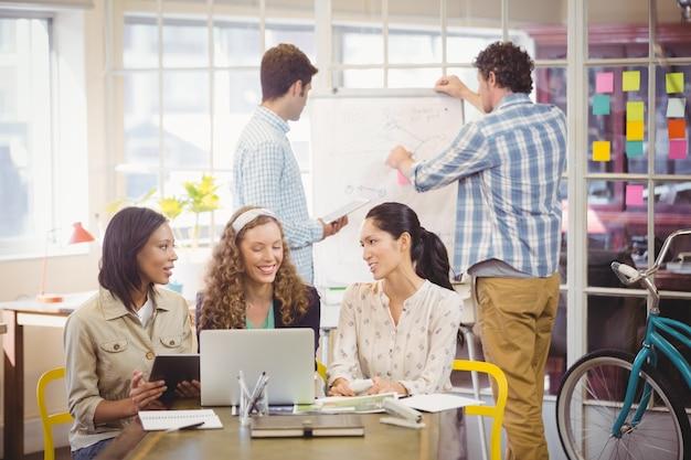 Pessoas de negócios trabalhando juntos
