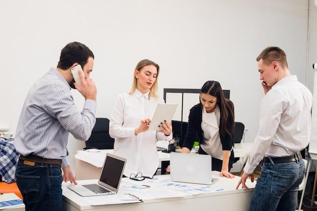 Pessoas de negócios, trabalhando na sala de conferências