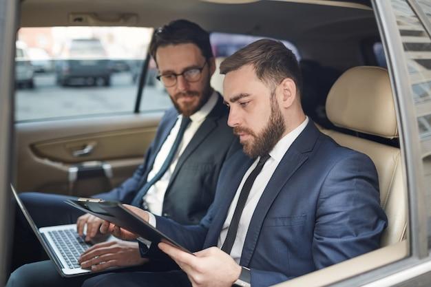 Pessoas de negócios, trabalhando no carro