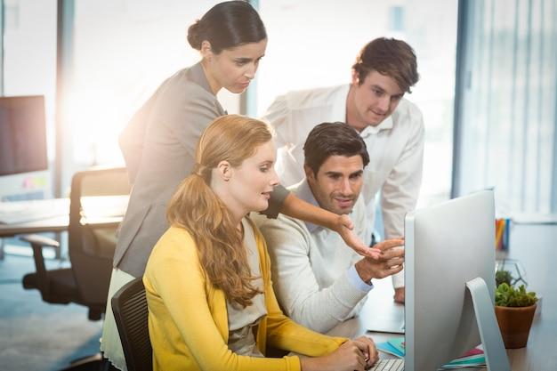 Pessoas de negócios, trabalhando no computador