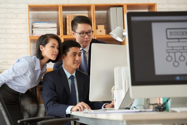 Pessoas de negócios, trabalhando no escritório