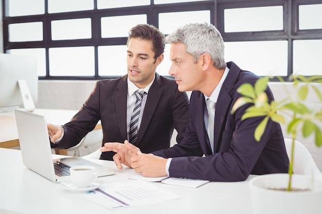 Pessoas de negócios, trabalhando no laptop