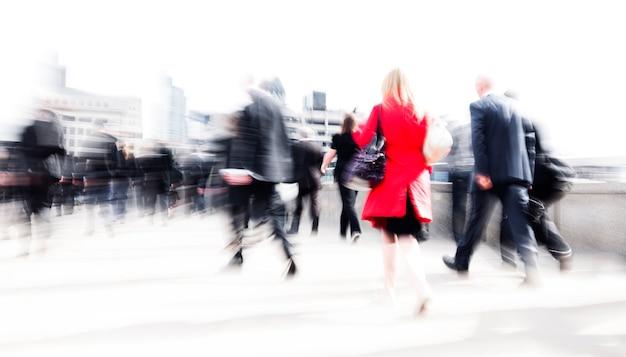 Pessoas de negócios turva abstratas lotaram a hora do rush