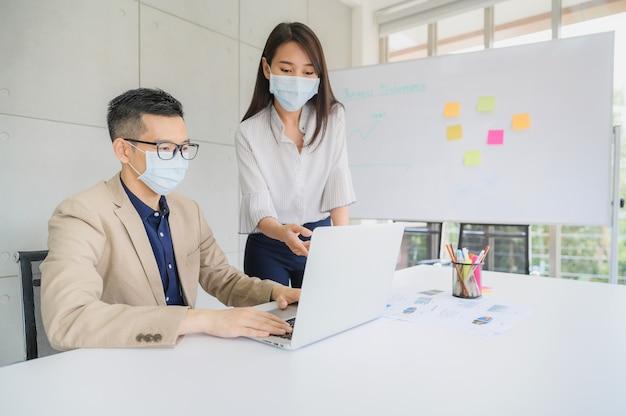 Pessoas de negócios usa máscara facial discutir projeto de negócios