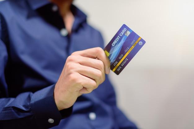 Pessoas de negócios usam cartões de crédito para comprar