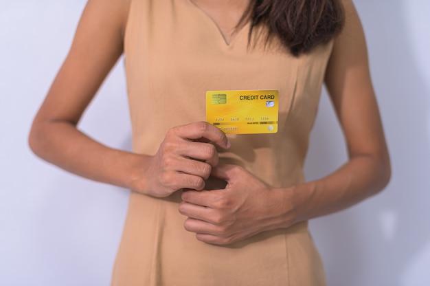 Pessoas de negócios usam cartões de crédito