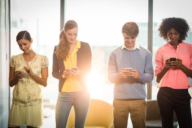 Pessoas de negócios usando telefone celular