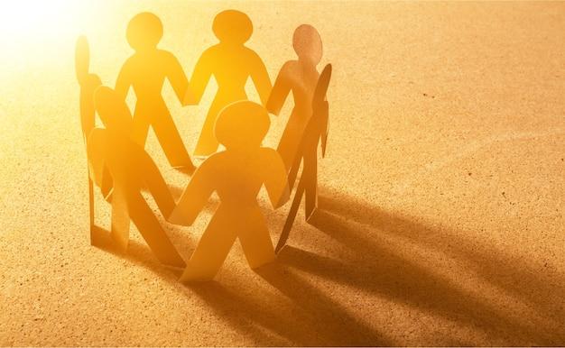 Pessoas de papel em um círculo de mãos dadas