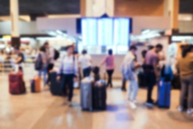 Pessoas de passageiros turva no terminal de partidas do aeroporto