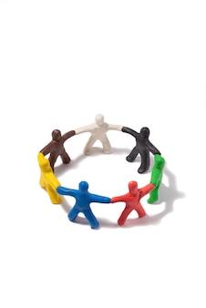 Pessoas de plasticina multicolorida em um círculo isolado no branco conceito de comunidade