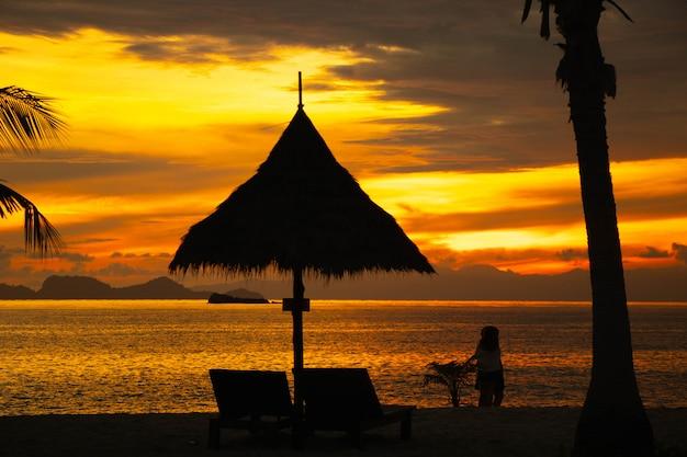 Pessoas de silhueta na praia cor bonita paisagem céu