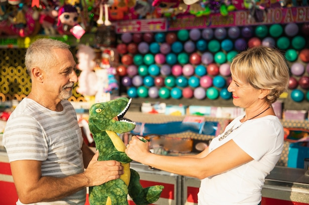 Pessoas de tiro médio com brinquedo dinossauro
