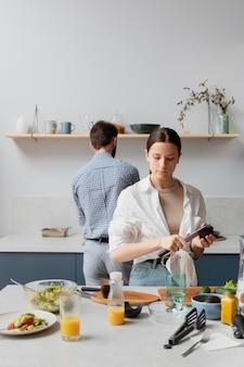 Pessoas de tiro médio preparando comida