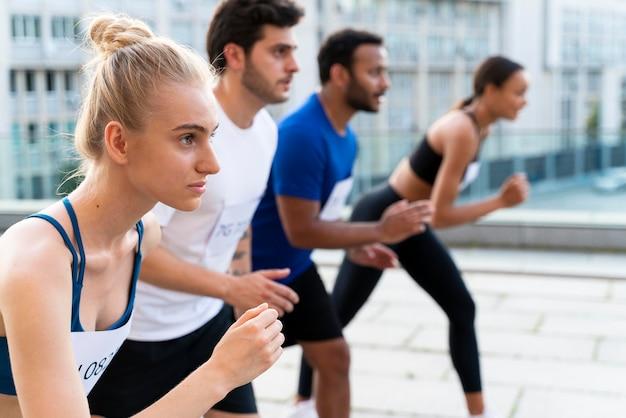Pessoas de tiro médio prontas para correr