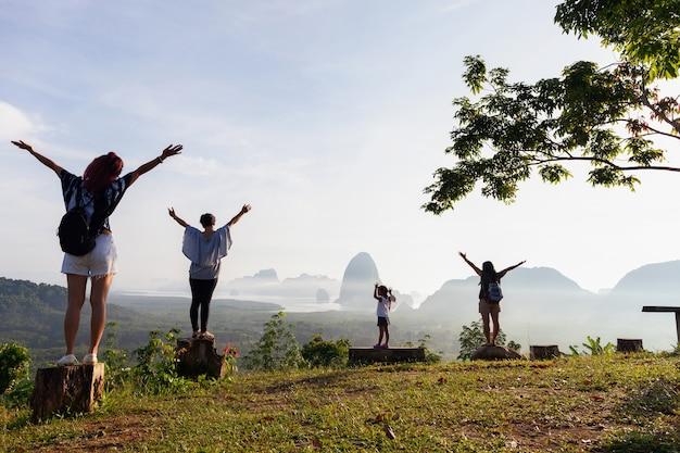 Pessoas de viagens em pé na madeira, segurando a mão e ver a paisagem