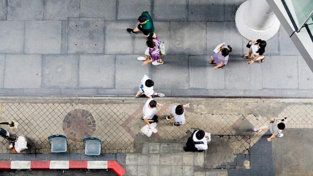 Pessoas de vista aérea superior andar na rua pedonal